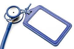 Blaues ledernes Namensschild und Stethoskop medizinisch Lizenzfreies Stockbild