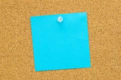 Blaues leeres Post-Itpapier Lizenzfreie Stockfotos