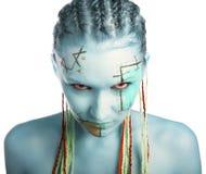 Blaues Mädchen mit roten Augen stockfotografie