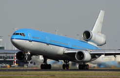 Blaues MD11 in Schiphol Stockfoto