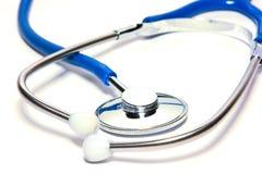 Blaues medizinisches stetoscope getrennt über Weiß Lizenzfreies Stockfoto