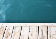 Blaues Meer auf dem Hintergrund eines hölzernen Strandes Stockbild