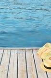 Blaues Meer auf dem Hintergrund eines hölzernen Strandes Stockbilder