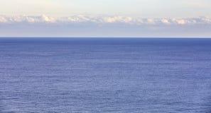 Blaues Meer auf Himmelhintergrund Schönes blaues Meer gegen den blauen Himmel Treibnetz für Thunfischfischen Stockfoto