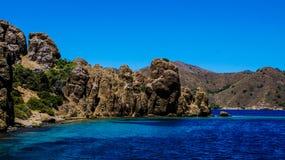 Blaues Meer, Berge und Bäume Stockfotografie