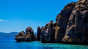 Blaues Meer, Berge und Bäume Stockfotos