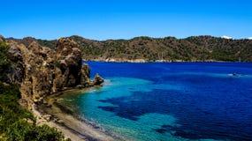 Blaues Meer, Berge und Bäume Lizenzfreie Stockfotos