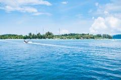 Blaues Meer der Insel mit Erholungsort Stockfoto
