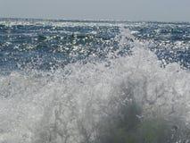 Blaues Meer in der Sonne, Sturm in Meer, weiße Schaumwellen lizenzfreie stockbilder