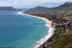 Blaues Meer, goldener Strand, grüne Insel Lizenzfreies Stockbild
