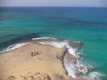 Blaues Meer mit Felsenstrand lizenzfreies stockfoto