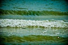 Blaues Meer mit kleinen Wellen schließen oben Stockfoto