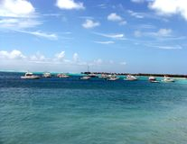 Blaues Meer mit Lieferungen Stockbilder