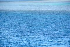 Blaues Meer mit Schatten des Türkises, Azurblau, Smaragdfarben Bunte Ozeanoberfläche lizenzfreie stockbilder