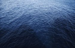 Blaues Meer mit Schatten von den Felsen lizenzfreies stockfoto