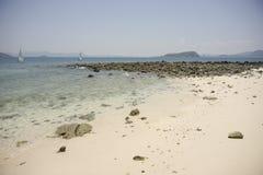 Blaues Meer mit Segelboot Lizenzfreies Stockfoto
