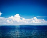Blaues Meer mit Wolken-Reflexion Adriatischer Meerblick Stockfotografie