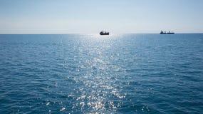 Blaues Meer mit zwei Schiffen auf Horizont Stockfotos