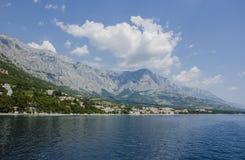 Blaues Meer und Berg Stockfoto