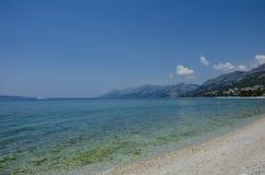 Blaues Meer und Berg Lizenzfreie Stockfotografie
