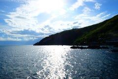Blaues Meer und blauer Himmel Stockfoto