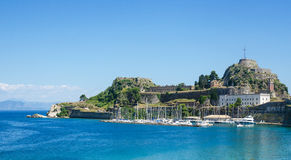 Blaues Meer und Boote machten nahe Schloss fest Lizenzfreie Stockbilder