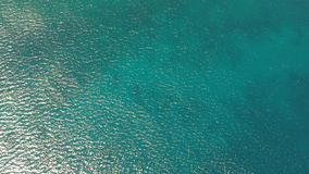Blaues Meer und gelbe Insel stock video footage