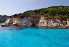 Blaues Meer und griechische Küste Stockfotos