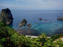Blaues Meer und großer Felsen Lizenzfreie Stockfotos