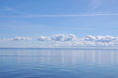 Blaues Meer und Himmel Stockfotos