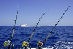 Blaues Meer und Himmel an einem Spielthunfisch-Fischereitag Lizenzfreie Stockbilder