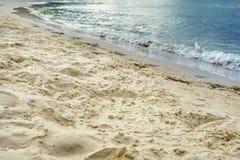 Blaues Meer und Himmel und freier Platz auf Strand Lizenzfreie Stockfotos