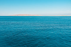 Blaues Meer und Insel stockfotografie
