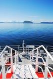 Blaues Meer und Plattform des Luftkissenfahrzeugs. Stockfoto