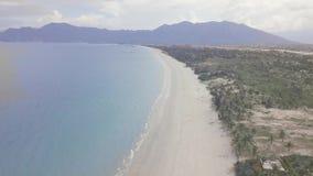 Blaues Meer und sandiger Strand auf Berglandschaftsansicht von fliegendem Brummen Schönes Szenenseeufer, Urlaubshotel und stock video