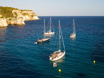Blaues Meer und Schiffe zu den Kosten bei Sonnenuntergang Stockfotos