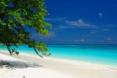Blaues Meer und Strand von Thailand lizenzfreie stockfotografie