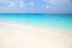Blaues Meer und weißer Sand Stockbild