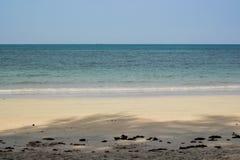 Blaues Meer und weißer Sand bei Nang Rong setzen auf den Strand Stockfoto