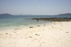 Blaues Meer und weißer Sand für Hintergrund Lizenzfreies Stockbild