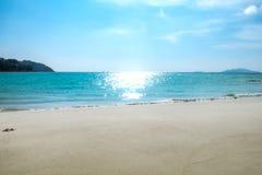 Blaues Meer und weißer Sand im Sommer Stockfotografie