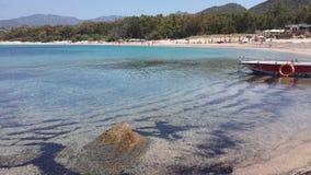 Blaues Meer und weißer Strand und Leute bei Villasimius (Sardinien) stockbilder