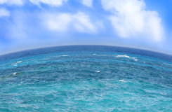 Blaues Meer und Wolken auf Himmel Lizenzfreies Stockfoto