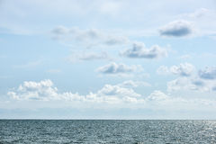 Blaues Meer und Wolken auf Himmel lizenzfreie stockbilder