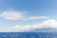 Blaues Meer und Wolken auf Himmel Lizenzfreies Stockbild