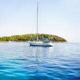 Blaues Meer und Yacht Lizenzfreie Stockbilder