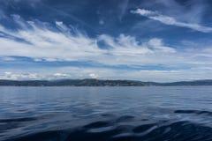 Blaues Meer von Mittelmeer mit schönen Wolken Lizenzfreies Stockfoto