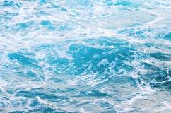 Blaues Meerwasser mit Schaum, Draufsicht lizenzfreie stockbilder