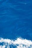 Blaues Meerwasser mit wite Schaumgummi Lizenzfreies Stockfoto