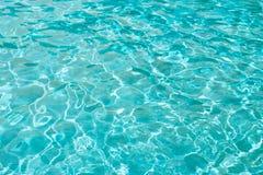 Blaues Meerwasser oder Wasser in der Poolnahaufnahme, Beschaffenheit, Hintergrund lizenzfreie stockfotos